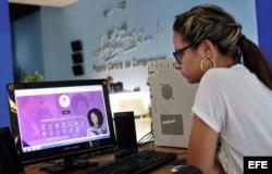 """Una joven utiliza el programa """"La Mochila"""" en un Joven Club, en La Habana."""