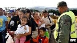 Ciudadanos venezolanos cruzan el puente internacional Simón Bolívar, desde Venezuela hacía Colombia.