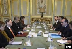 El presidente galo, François Hollande (dcha), mantiene una reunión con el ministro de Exteriores cubano, Bruno Rodríguez (izq), en el Palacio del Elíseo en París (Francia) hoy, martes 21 de abril de 2015.