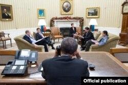 El presidente Barack Obama habla por teléfono con Raúl Castro, desde la Casa Blanca.