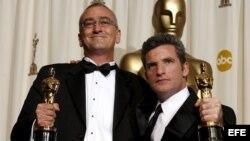 Fotografía de archivo fechada el pasado 5 de marzo de 2006 que muestra a los editores de sonido Mike Hopkins (i) y Ethan Van der Ryn (d) con el Óscar a la mejor edición de sonido por 'King Kong'. Según fuentes oficiales Michael Hopkins murió el 31 de dici