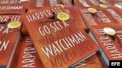 """Un ejemplar del nuevo libro de Harper Lee """"Go set a Watchman"""" (Ve y pon un centinela) ya a la venta en una librería en Londres (Reino Unido) hoy, 20 de julio de 2015."""