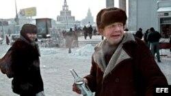 Rusia, hombres tomando vodka en Moscú.