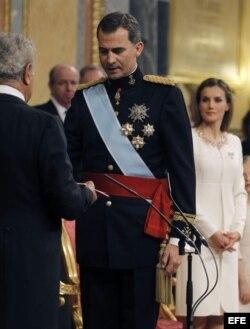 El rey Felipe VI, en presencia del presidente del Congreso de los Diputados, Jesús Posada (i), ha prestado hoy juramento ante las Cortes Generales.