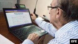 Exvicepresidente colombiano Humberto de la Calle, jefe de los delegados del Gobierno en los diálogos de paz con las FARC, durante la activación de la nueva página web.