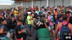 Más de 3.500 cubanos se amontonan en Panamá con la esperanza de que aparezca una solución que les permita llegar a EEUU.