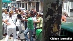 Reporta Cuba. Represión contra activistas en La Habana, domingo 12 de abril. Foto: Ángel Moya.
