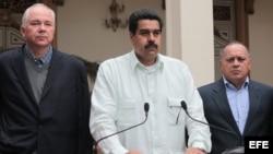Nicolás Maduro (c), acompañado del ministro de Energía y Petróleo, Rafael Ramírez (i) y el presidente de la Asamblea Nacional, Diosdado Cabello (d) durante un discurso el 12 de diciembre de 2012, en Caracas, Venezuela.