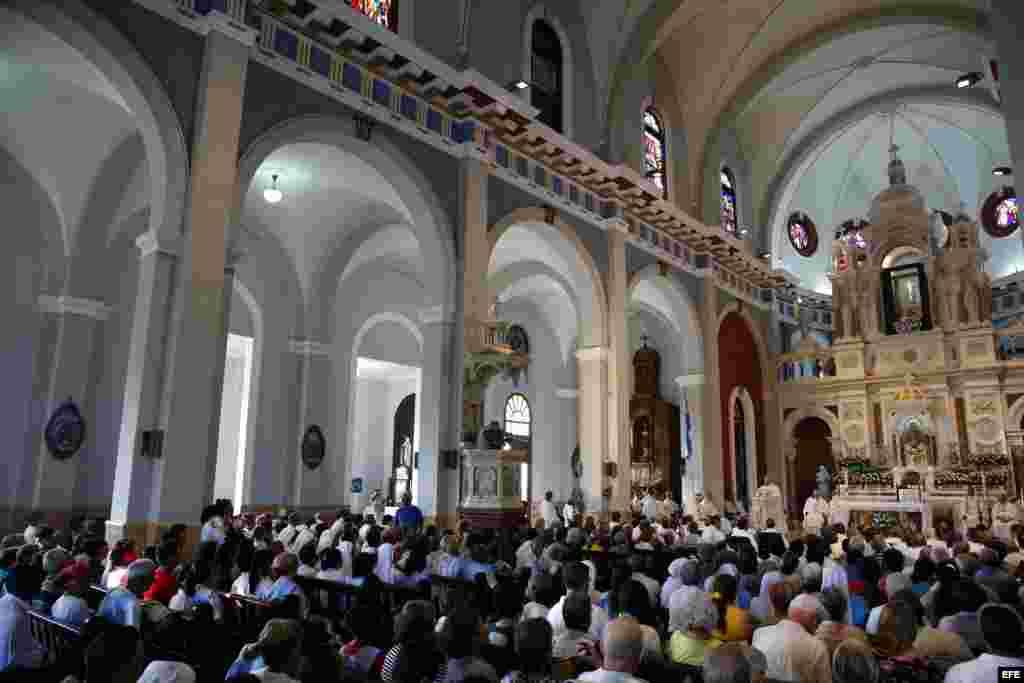 Fotografía del interior de la Basílica Menor del Santuario de Nuestra Señora de la Caridad del Cobre durante una misa oficiada por el papa Francisco hoy, martes 22 de septiembre de 2015, en en Santiago (Cuba).
