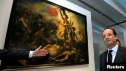 "ARCHIVO. El presidente francés Francois Hollande posa delante de la obra ""La Liberte Guidant le Peuple, 1830"" de Eugene Delacroix."