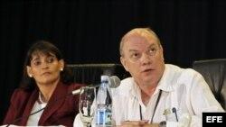 El ministro cubano de Comercio Exterior e Inversión Extranjera, Rodrigo Malmierca (der) y la directora de la oficina de la Zona Especial de Desarrollo Mariel (ZEDM), Ana Teresa Igarza (izq), en la presentación a empresarios extranjeros y cubanos asistent