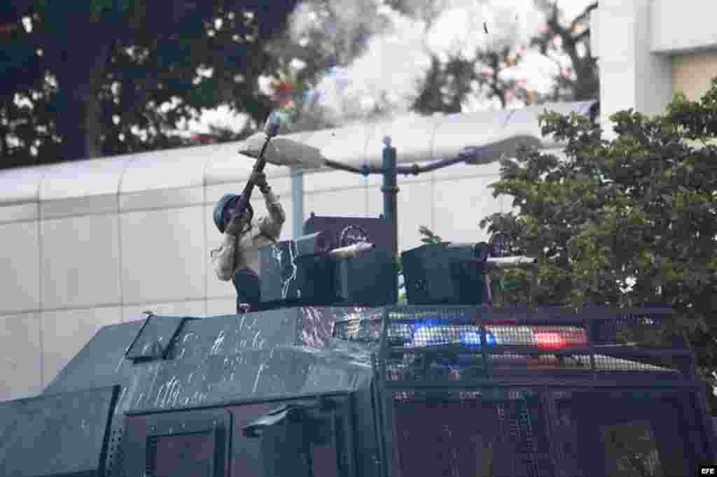 La intervención de los grupos antomotines llegó al vecino casco del residencial y clase media Chacao, que junto con la Plaza Altamira han sido el epicentro de las protestas opositoras en Caracas y que habían permanecido sin disturbios tras un despliegue militarizado de unos mil elementos que permaneció del lunes al miércoles en medio de protestas pacíficas de vecinos.