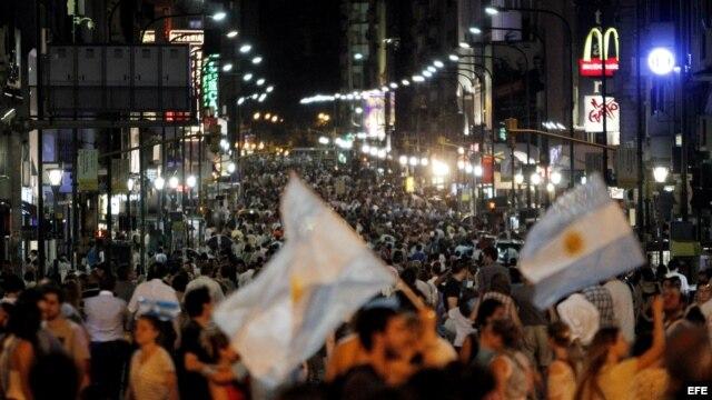Manifestantes avanzan por la Avenida 9 de Julio, este jueves 8 de noviembre de 2012, en el Obelisco de Buenos Aires, Argentina.