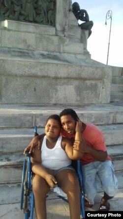 Niño diagnosticado con el raro síndrome de Momo permanece en silla de ruedas.