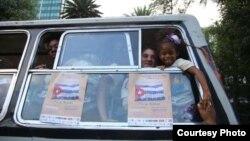 Migrantes cubanos llegan en autobús desde El Salvador a la frontera entre Guatemala y México.