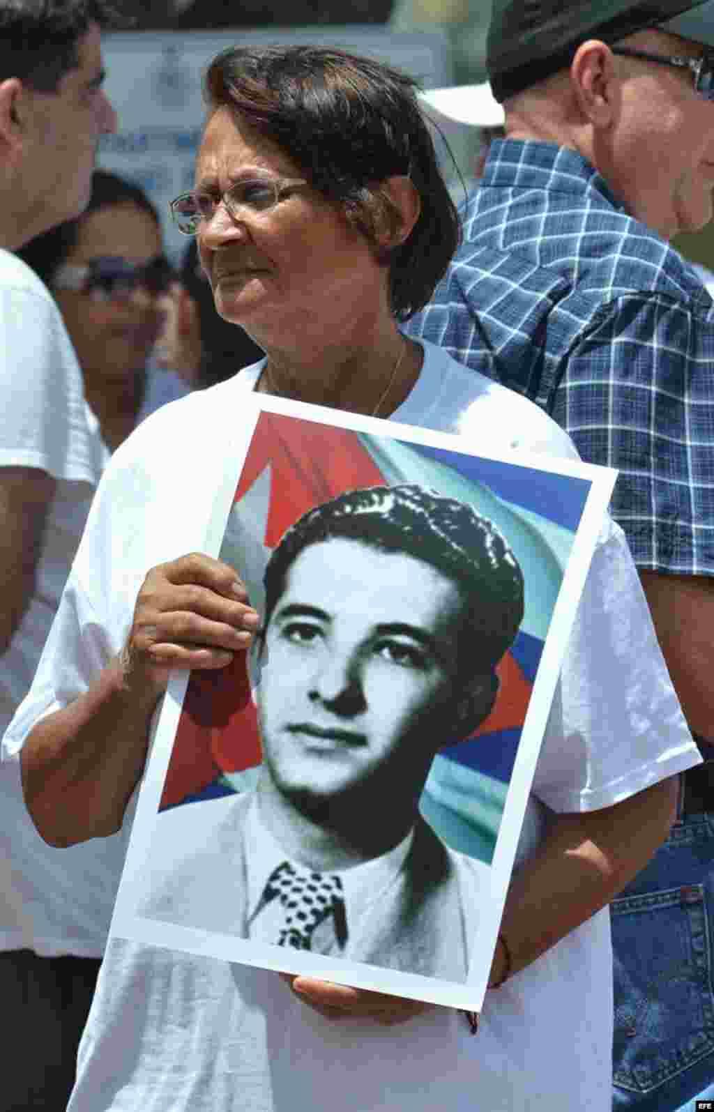 Una mujer sostiene una fotografía del fallecido opositor cubano Pedro Luis Boitel hoy, domingo 29 de julio de 2012, mientras participa en una manifestación hecha por varias agrupaciones de disidentes cubanos en Miami (EEUU). EFE/GASTÓ