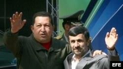 Fotografía de archivo del presidente de Venezuela, Hugo Chávez (izq) y su homólogo de Irán, Mahmoud Ahmadinejad (dcha).