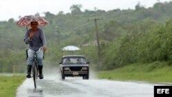 Un hombre transita en bicicleta por una carretera de la provincia de Las Tunas.