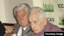 El periodista Agustín Alles(d) junto al historiador Enrique Ros.