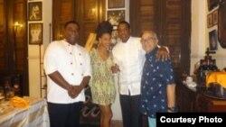 El chef y propietario de la paladar San Cristóbal, Carlos Cristóbal Márquez, con Beyoncé y Jay-Z.