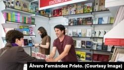 El español Álvaro Fernández Prieto ha fotografiado libros cubanos para Martí Noticias.