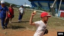 Todo niño cubano sueña con tener un guante y un bate para jugar pelota.