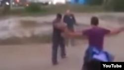 Imagen del vídeo en el que un policía hondureño dispara a un grupo de cubanos.