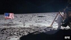 Fotografía de archivo tomada el 21 de julio de 1969 que muestra al astronauta estadounidense Neil Armstrong bajando del módulo lunar del Apolo XI en la superficie de la luna.