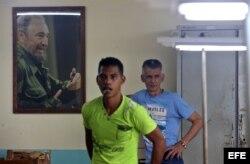 Dos hombres junto a un retrato del fallecido líder cubano Fidel Castro en La Habana (Cuba).