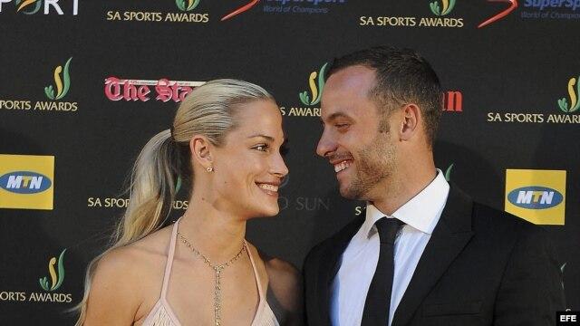 Oscar Pistorius posando junto a su novia, la modelo de 29 años Reeva Steenkamp