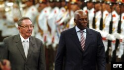Raúl Castro recibe al presidente de Angola, José Eduardo Dos Santos (d), hoy 21 de septiembre de 2007.