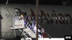 Vuelo con segundo grupo de migrantes cubanos en ruta a EE.UU.llega a El Salvador.