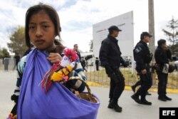 Una niña indígena camina cerca del centro deportivo municipal de San Cristóbal de las Casas, donde se llevará a cabo la santa misa con las comunidades indígenas en Chiapas.