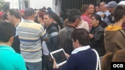 Cubanos se manifiestan frente a la Embajada de México en Quito, Ecuador.