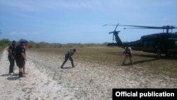 Un helicóptero Blackhawk de la División de Operaciones Aero-marítimas de CBP transportó al grupo hasta Aguadilla, donde los agentes de la Patrulla Fronteriza asumieron su custodia para procesamiento inmigratorio. Foto CBP.