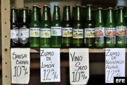 Diferentes productos elaborados de forma artesanal se venden en botellas de cervezas recicladas.