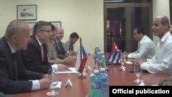 Vladimir Eisenbruk (primero a la izq.) en conversaciones con el Viceministro de Relaciones Exteriores, Rogelio Sierra Díaz (der.).