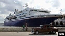"""Crucero académico """"M.V. Explorer"""" fondeado en La Habana. La embarcación transportaba 624 estudiantes de 248 universidades de EEUU."""