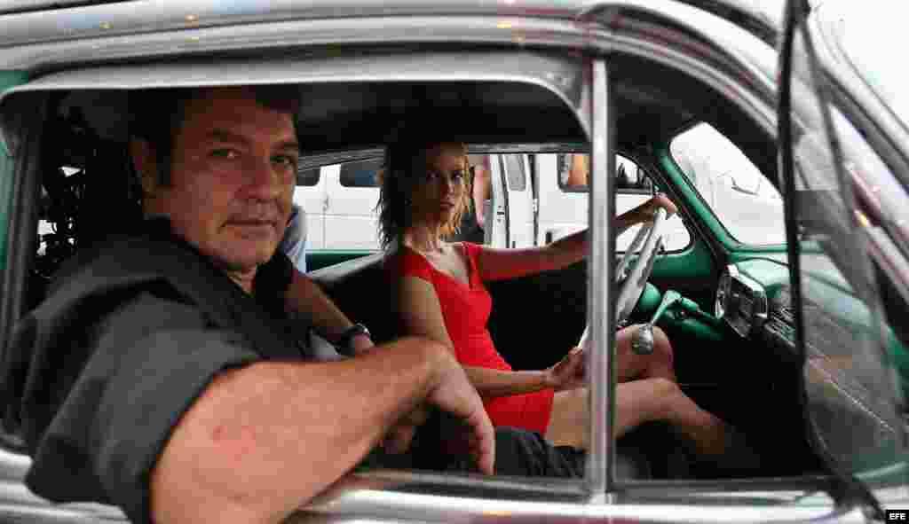 El actor cubano Jorge Perugorría (i) y la actriz colombiana Juana Acosta (d), durante el rodaje de una escena.