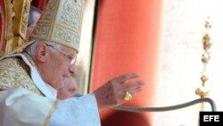 """Foto facilitada por el Osservatore Romano que muestra al papa Benedicto XVI mientras imparte la bendición """"Urbi et Orbi"""", a la ciudad de Roma y a todo el mundo, en la plaza de San Pedro del Vaticano."""