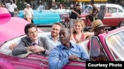 Don Cheadle y Kristen Bell en una escena de House of Lies filmada en Cuba (Showtime)