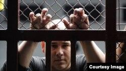 Migrante cubano detenido en el Centro de Aprehensión Temporal de Hatillo. (Captura de imagen/La Nación).