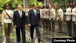 Raúl Castro recibe en el Palacio de la Revolución al presidente de Costa Rica Luis Guillermo Solís