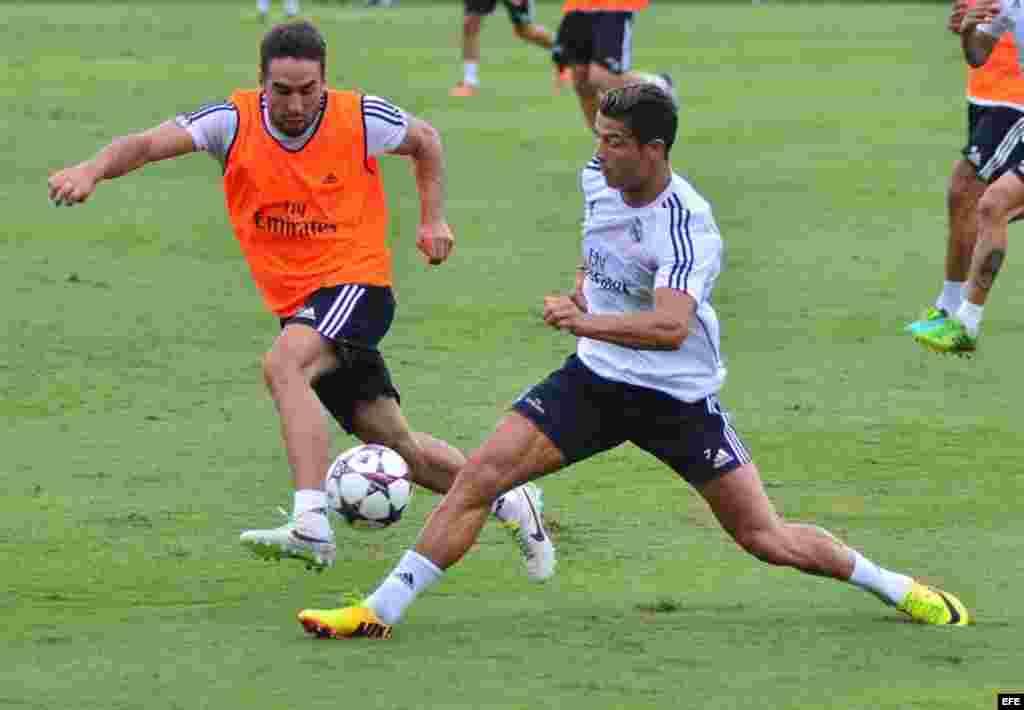 Los jugadores Dani Carvajal (i) y Cristiano Rolando (d) del Real Madrid durante un entrenamiento del equipo el martes 6 de agosto de 2013, en la Universidad de Barry en Miami, Florida (EEUU), previo a la final de la Copa de Campeones.