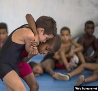 Niños cubanos practican lucha libre en La Habana Vieja, Cuba.