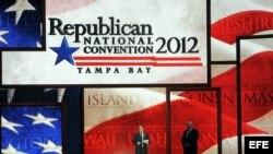 El presidente del Comité Nacional Republicano, Reince Priebus (i) y el presidente de la convención William Harris (d) dan un discurso sobre el estrado de la Convención nacional Republicana preparada en Tampa, Florida.