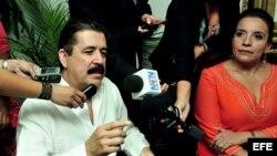 El expresidente hondureño Manuel Zelaya (i) habla junto a su esposa, Xiomara Castro de Zelaya (d). Archivo.