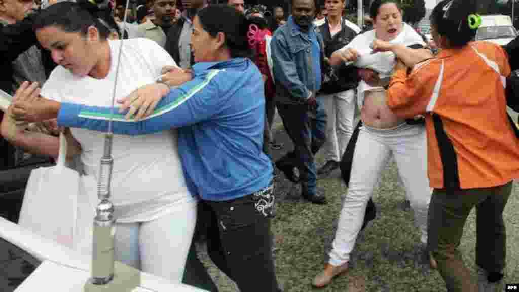 Integrantes del grupo opositor Damas de Blanco son arrestadas hoy durante una manifestación en una céntrica calle de La Habana.