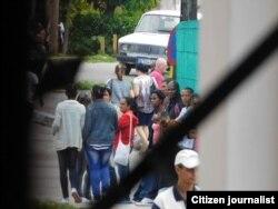 Reporta Cuba. Asedio a la sede de las Damas de Blanco en La Habana, el 6 de enero. Foto: Ángel Moya.