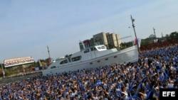 Cientos de niños marchan junto a una réplica del yate Granma.